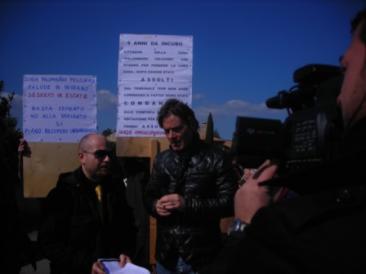 Jimmy Ghione realizza un servizio di denuncia sul caso Palombaro-Felciare (Foto: g.m.t.)