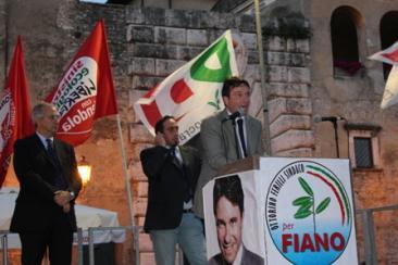 Il candidato sindaco del centro sinistra Ottorino Ferilli durante il suo intervento. Dietro di lui l'onorevole Walter Veltroni e il sindaco uscente Tarquinio Splendori (Foto: g.m.t.)