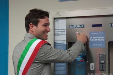 Il sindaco Ottorino Ferilli è stato il primo a provare l'acqua erogata dalla 'fontana leggera' (Foto di Samantha Pacolini)