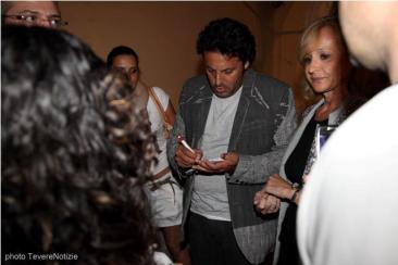 Il comico Enrico Brignano firma qualche autografo dopo la serata del Festival (photo di Veronica Rossi)