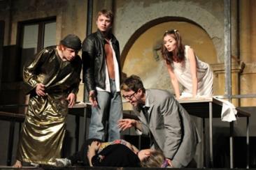 Una scena della commedia 'Una volta nella vita': sul palco gli attori Luigi Mastronardi, Luca Cappelli, Greta Toldo, Sara Caruso e Alessio Chiodini (Foto: g.m.t.)