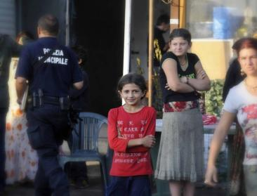 Roma - Controlli della polizia municipale nel campo autorizzato in via Candoni (Fotoreportage di Chiara Rossi)