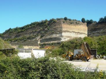 Nella foto di home page: un'immagine della manifestazione su via Tiberina - Nella foto interna: le cave dove sorgerà la discarica (Foto di Ilaria Misantoni)