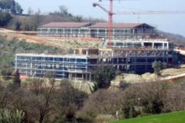 Il complesso di edifici in fase di ultimazione