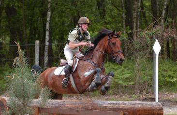 Un cavaliere atleta del Centro Militare di Equitazione di Montelibretti durante la prova di Cross Country