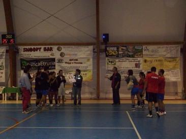 La premiazione di Fuori Dazio: la squadra vincitrice dellla I^ edizione del Torneo rionale di pallavolo (Foto: La. Ber.)
