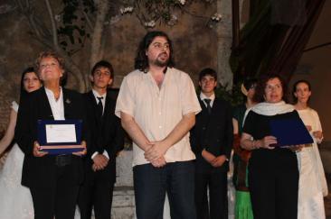Il regista e attore Ercole Ammiraglia consegna i premi del festival alla scrittrice Dacia Maraini e all'attrice Gioietta Gentile (Foto: g.m.t.)