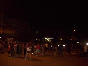 Immagini della fiaccolata notturna per dire no alla centrale a biomasse. (Foto: La. Ber.)