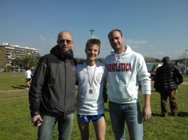 Nella foto: l'allenatore Luigi Ruperto, il campione regionale Luca Filipponi e il presidente di FarAtletica Renato Sofia