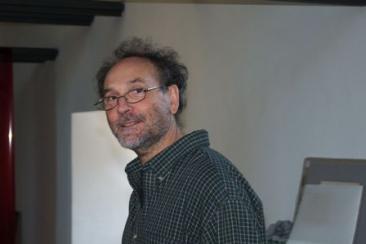 Il fotografo Riccardo Lodovici durante l'allestimento della sua mostra