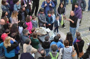 Il direttore del Museo del Fiume Umberto Pessolano durante il laboratorio interattivo 'Caccalab', illustra a grandi e bambini chi vive negli escrementi di una mucca e non solo (Fotoreportage: g.m.t.)