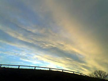 La vita è mille colori! un cielo visto dal basso con la voglia di arrivare in alto...una corsa contro il tempo, impossibile da vincere! (Foto: ste. pa.)