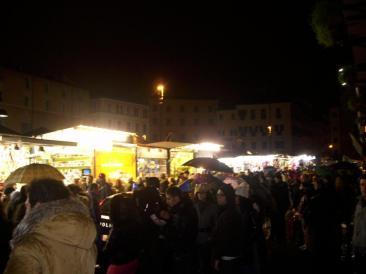 Immagine delle bancarelle e dei partecipanti alla festa della Befana di piazza Navona. (Foto La. Ber.)