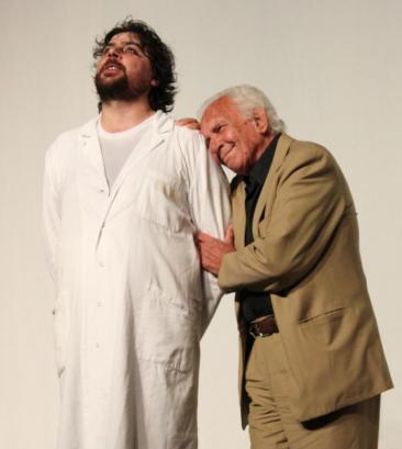 Nella foto: il direttore artistico Ercole Ammiraglia e l'attore Paolo Ferrari durante l'assegnazione del premio del festival nel 2011